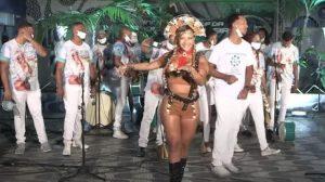 Patrícia Barros se caracteriza de cangaceira em live da Independente da Praça da Bandeira